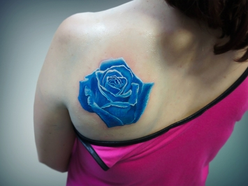 tatuaj-floare-albastra