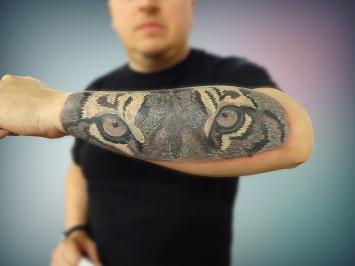 tatuaj-tigru-alb-negru-antebrat